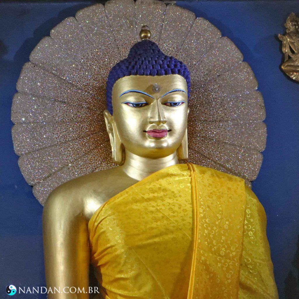 estátua Templo Maha Bodhi local onde o Buda se iluminou cidade de Bodh Gaya Momento Iluminação